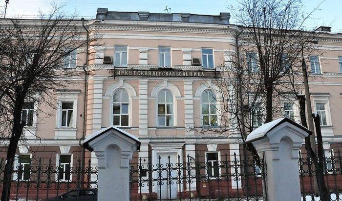 ВИркутске врачи спасли 6-летнего мальчика, попавшего под цепь бензопилы