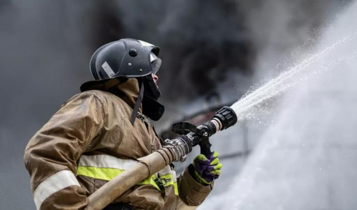 Мебельная фабрика загорелась в Усолье-Сибирском (Видео)