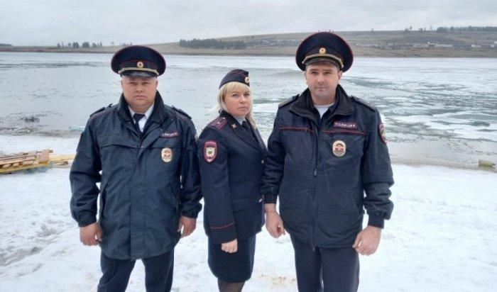 Полицейские спасли подростков, плывших наплоту поБратскому водохранилищу