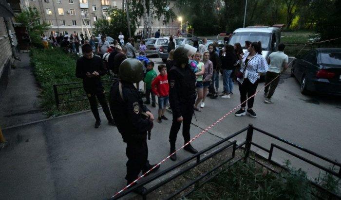 В Екатеринбурге бывший полицейский устроил стрельбу с балкона квартиры (Видео)