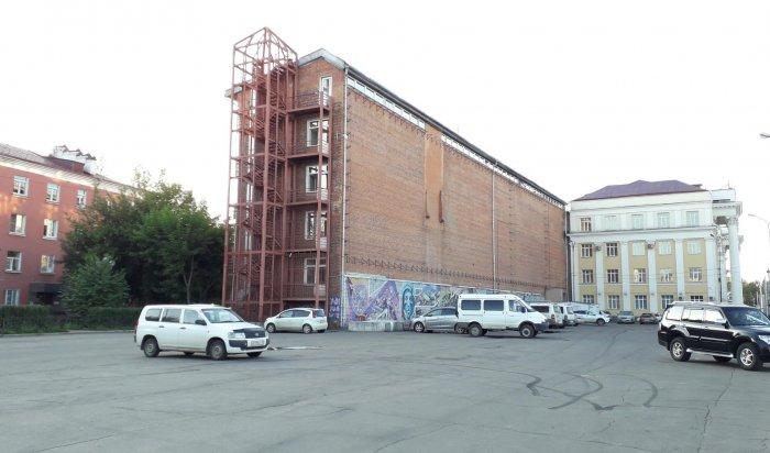 Парковку возле администрации Иркутска оборудуют шлагбаумом