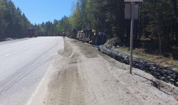 Разлив нефти на почву произошел из-за ДТП с участием большегруза на Култукском тракте (Видео)