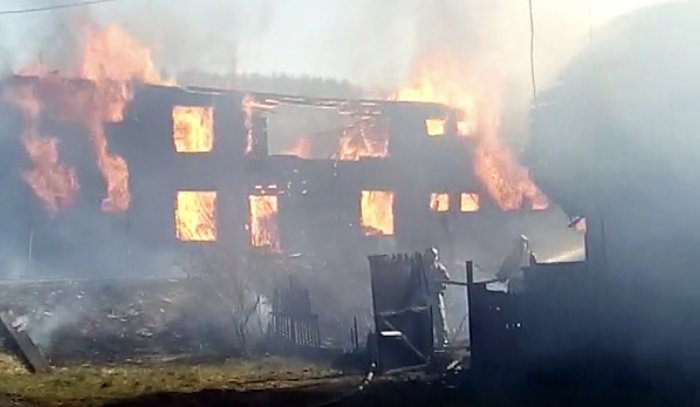 В Братске сгорели два двухэтажных деревянных дома