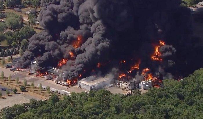 В США загорелся химический завод (Видео)