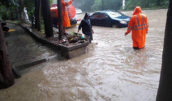 В Красноярске из-за обильных дождей затопило улицы (Видео)