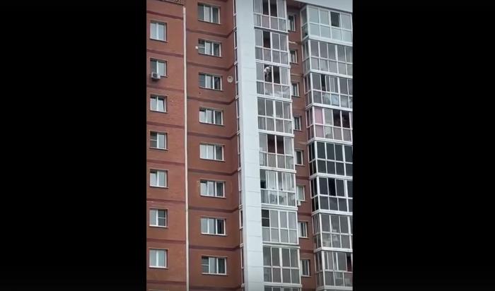 ВИркутске мужчина схватил ребенка иперелез через балконные перила на 13 этаже (Видео)