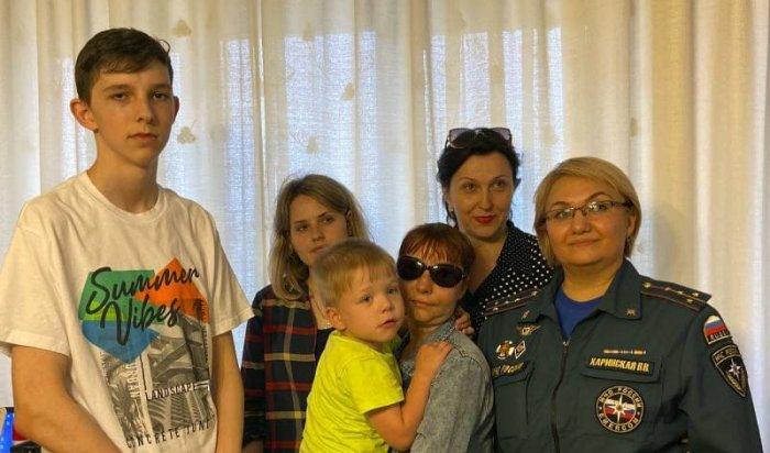 Психолог МЧС рассказала, как проходили переговоры с иркутянином, стоявшим на балконе 13 этажа с ребенком