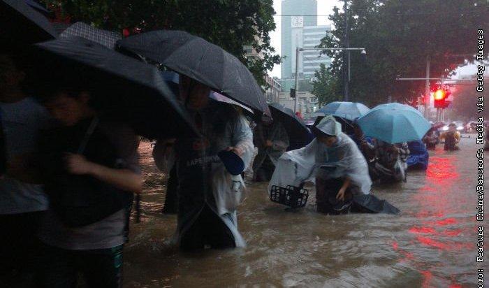 ВКитае из-за сильного наводнения прорвалась плотина водохранилища— 12человек погибли (Видео)