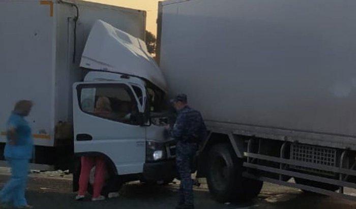 Один человек пострадал при столкновении двух большегрузов натрассе «Сибирь» (Видео)