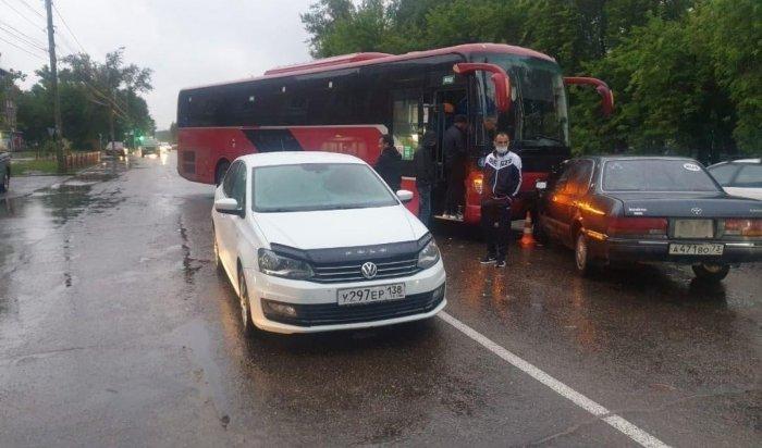 Рейсовый автобус столкнулся сдвигавшимся впопутном направлении автомобилем «Фольцваген Поло» имашиной «Тойота Краун», следовавшей навстречу
