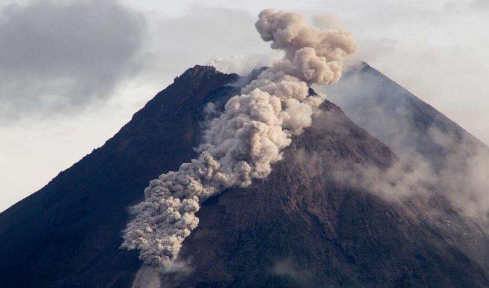 НаКурилах вулкан Эбеко сегодня выпустил столб пепла навысоту 3,7километра (Видео)