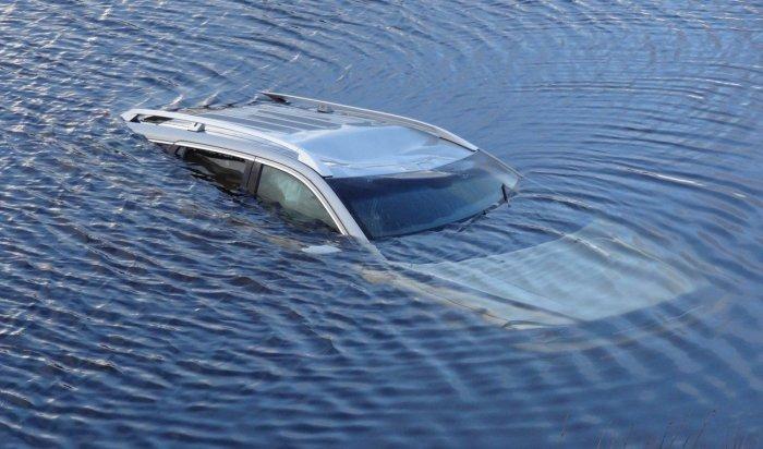 ВИркутске пьяный водитель утопил автомобиль вАнгаре (Видео)