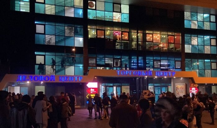 Более 100человек эвакуировались из-за пожара нафуд-корте вТЦ«Лермонтов» вИркутске
