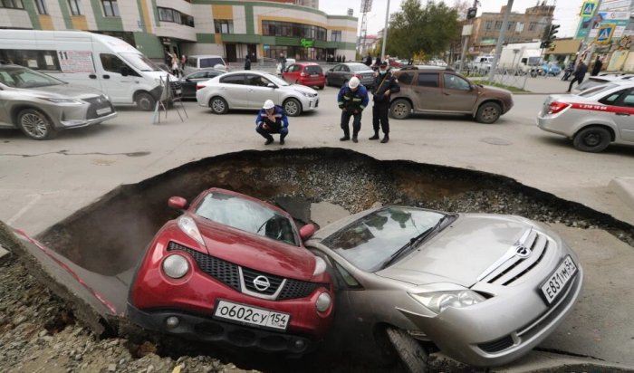 ВНовосибирске две машины провалились вяму скипятком (Видео)