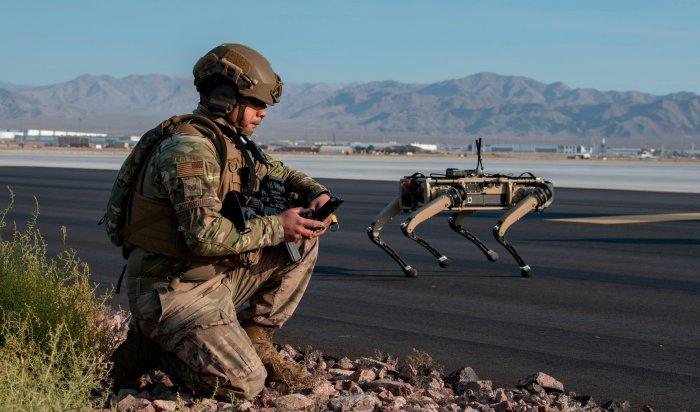 Американская Ghost Robotics представила собакоподобного робота соснайперской винтовкой наспине