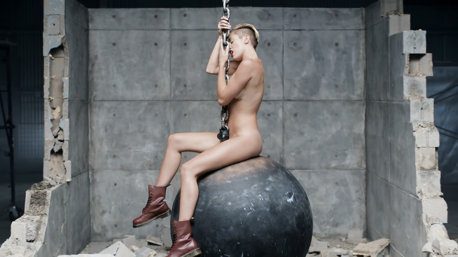 miley-cyrus-naked-ball-nude-women-with-perfect-asses