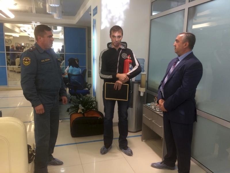 Жителя Иркутска наградили запредотвращение крупного пожара около поликлиники