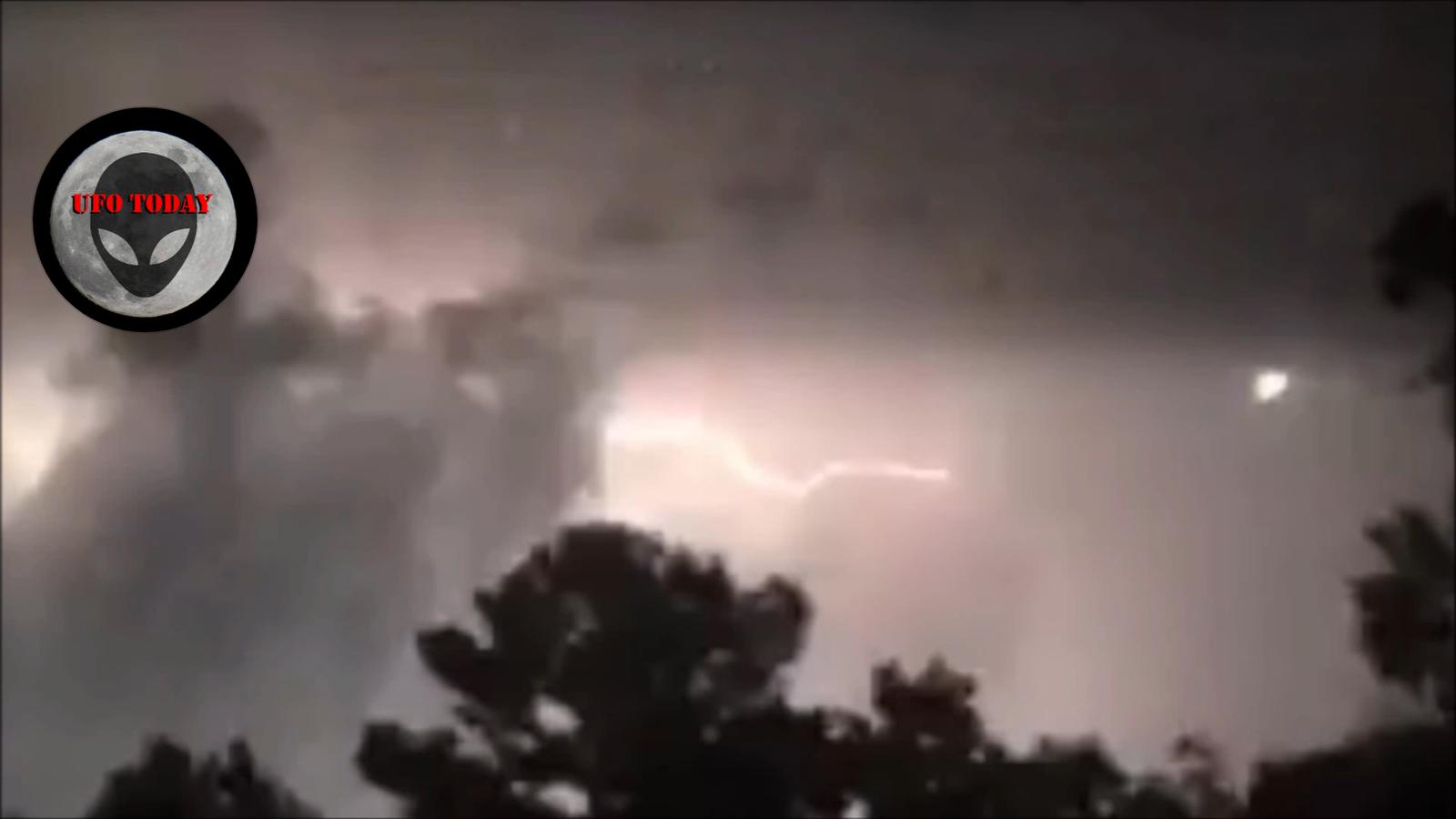 Классные фото молния в ночном небе него